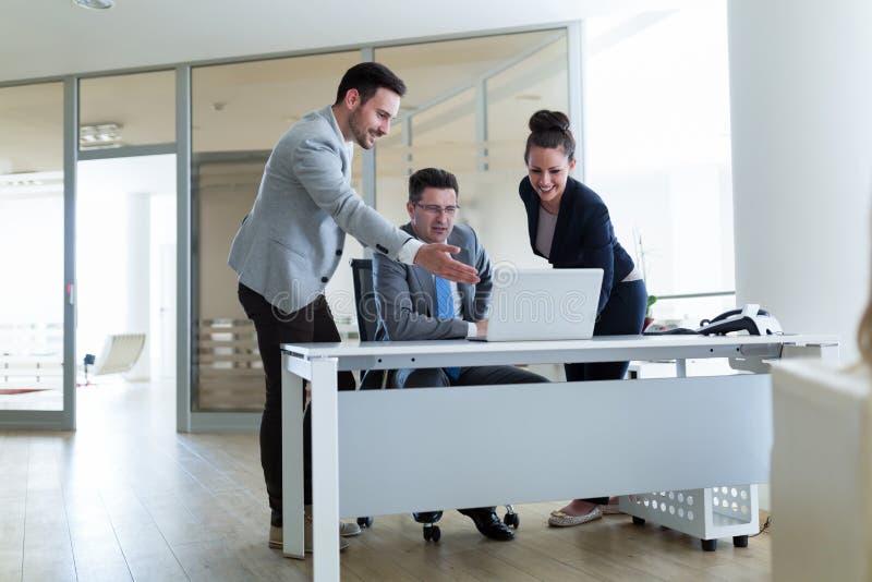 Εικόνα της εργασίας πρακτόρων πωλήσεων μαζί στην αρχή στοκ φωτογραφίες με δικαίωμα ελεύθερης χρήσης