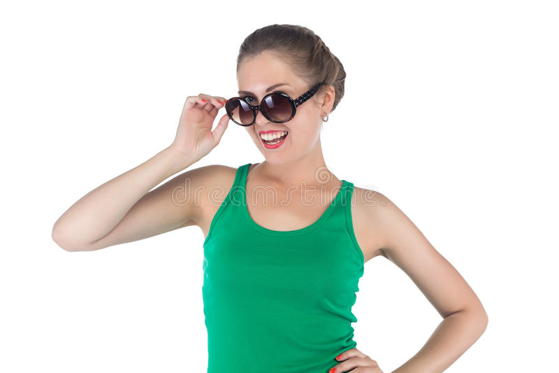 Εικόνα της ευτυχούς χαμογελώντας γυναίκας με τα γυαλιά ηλίου στοκ φωτογραφία με δικαίωμα ελεύθερης χρήσης