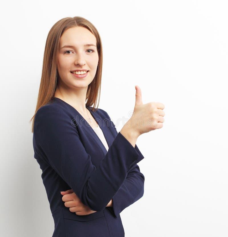 Εικόνα της ευτυχούς χαμογελώντας επιχειρησιακής γυναίκας που παρουσιάζει εντάξει σημάδι χεριών στοκ φωτογραφία