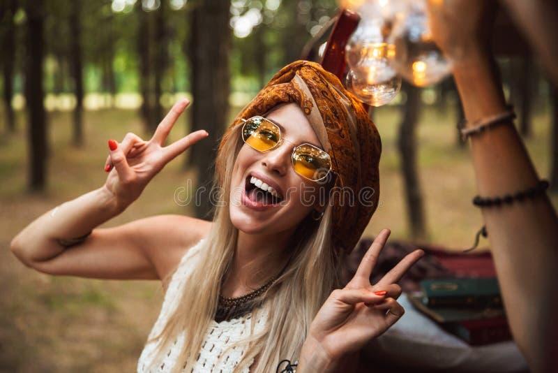 Εικόνα της εύθυμης γυναίκας, που φορά τα μοντέρνα εξαρτήματα που χαμογελούν και στοκ εικόνες