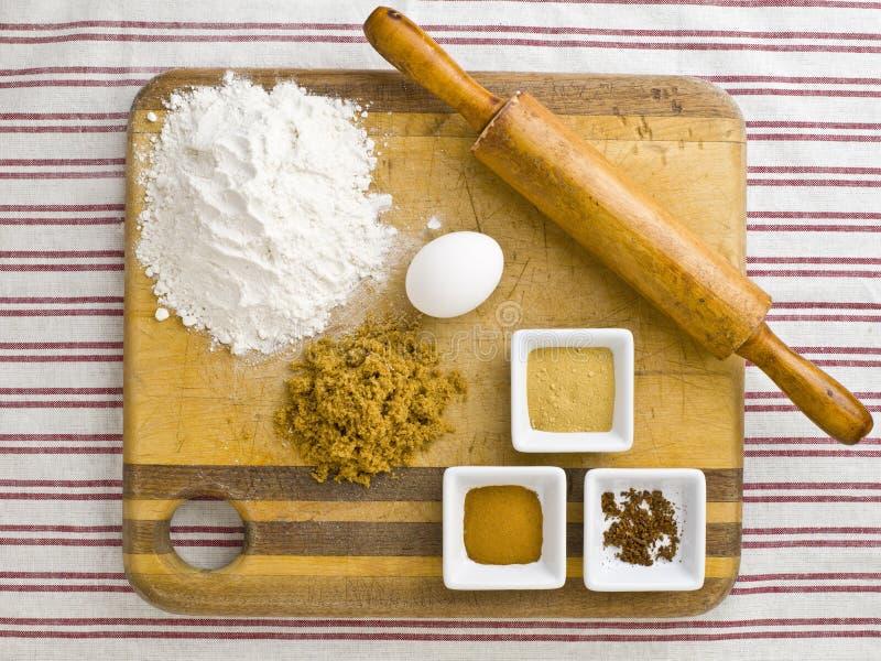 Download εικόνα της κυλώντας καρφίτσας με τα συστατικά κέικ σε μια ξύλινη κοπή β Στοκ Εικόνα - εικόνα από indoors, αλεύρι: 62721983