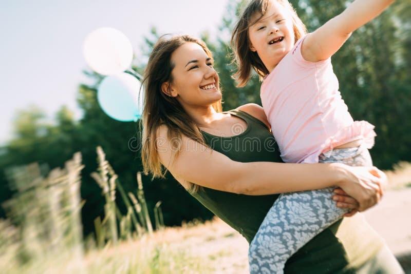 Εικόνα της μητέρας και του παιδιού με ειδικές ανάγκες στοκ εικόνα με δικαίωμα ελεύθερης χρήσης
