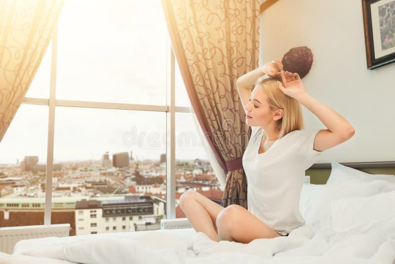 Εικόνα της νέας γυναικείας συνεδρίασης στο κρεβάτι στο δωμάτιο ξενοδοχείου στοκ φωτογραφίες με δικαίωμα ελεύθερης χρήσης