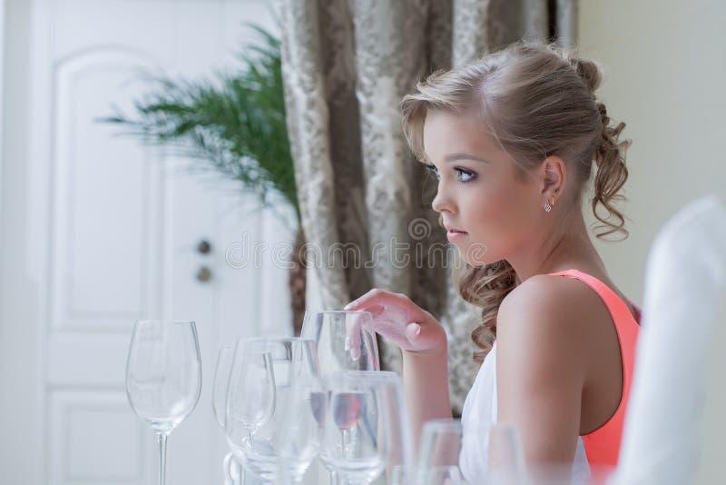 Εικόνα της νέας χαριτωμένης τοποθέτησης κοριτσιών με τα γυαλιά κρασιού στοκ φωτογραφία με δικαίωμα ελεύθερης χρήσης