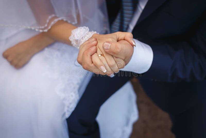εικόνα της νύφης και του νεόνυμφου με το γαμήλιο δαχτυλίδι στοκ εικόνα με δικαίωμα ελεύθερης χρήσης