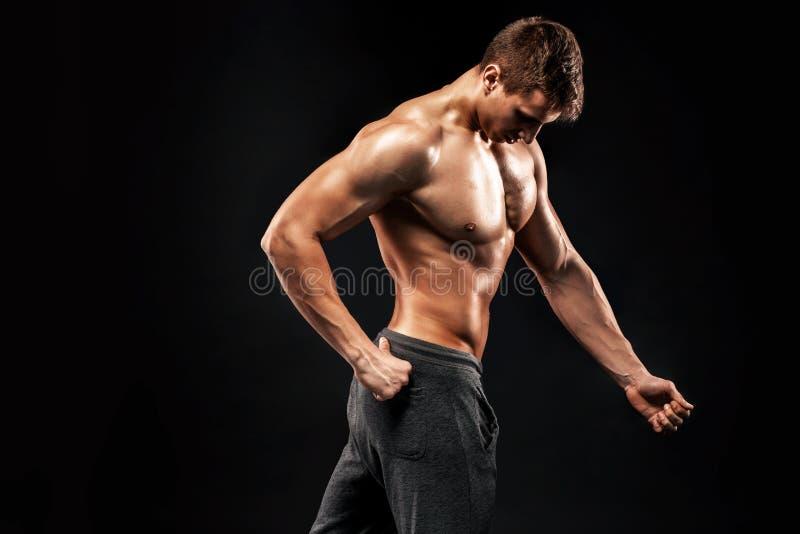Εικόνα της πολύ μυϊκής τοποθέτησης ατόμων με το γυμνό κορμό στοκ εικόνες