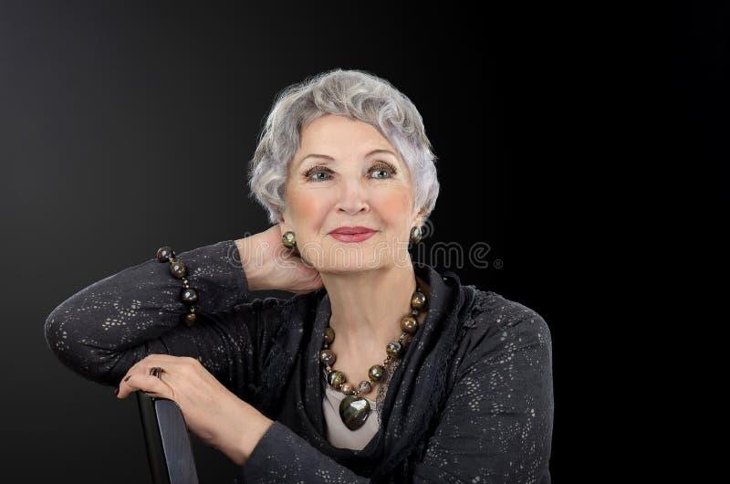 Εικόνα της τοποθέτησης ηλικιωμένων γυναικών με το σύνολο κοσμήματος ματιών σιδήρου τιγρών στοκ εικόνες με δικαίωμα ελεύθερης χρήσης