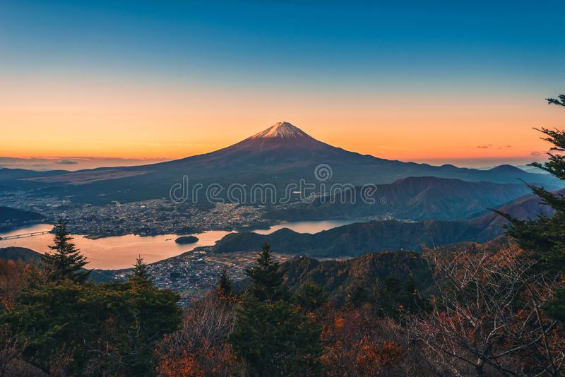 Εικόνα τοπίων της ΑΜ Φούτζι πέρα από τη λίμνη Kawaguchiko με το φύλλωμα φθινοπώρου στην ανατολή σε Fujikawaguchiko, Ιαπωνία στοκ φωτογραφίες