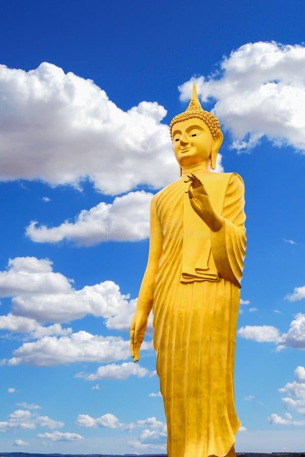 Εικόνα του Βούδα και φωτεινός ουρανός στοκ εικόνα