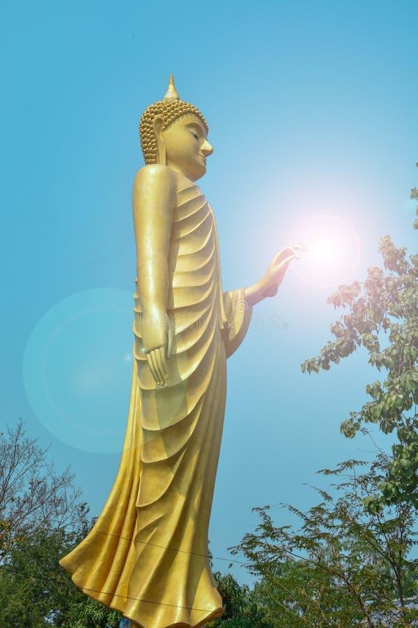 Εικόνα του Βούδα και φωτεινός ουρανός στοκ εικόνες