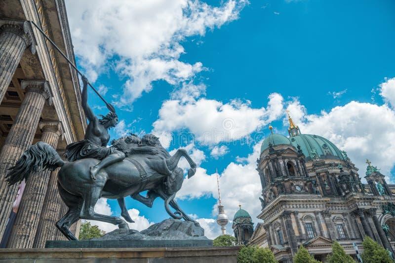 Εικόνα του καθεδρικού ναού του Βερολίνου από το παλαιό μουσείο στοκ φωτογραφίες