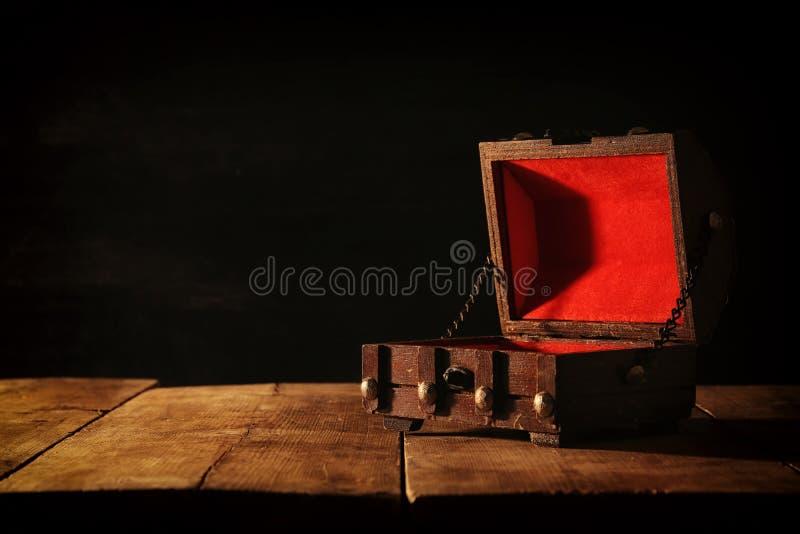 Εικόνα του κενού μυστήριου στήθους θησαυρών πέρα από τον ξύλινο πίνακα στοκ φωτογραφίες