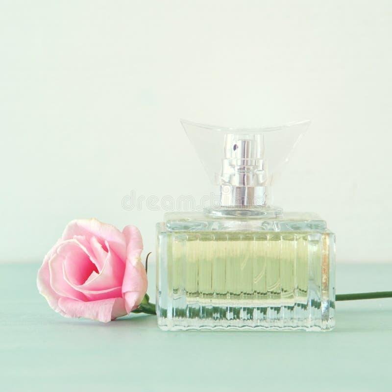 Εικόνα του κομψού μπουκαλιού αρώματος πίσω ελαφριά φωτογραφία φιλτραρισμένη τρύγος εικόνα στοκ φωτογραφίες με δικαίωμα ελεύθερης χρήσης