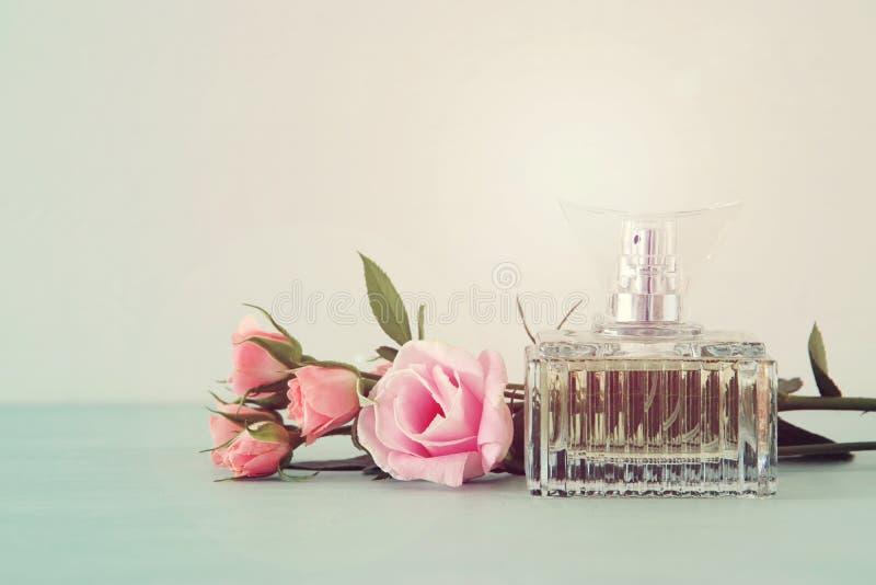 Εικόνα του κομψού μπουκαλιού αρώματος πίσω ελαφριά φωτογραφία φιλτραρισμένη τρύγος εικόνα στοκ εικόνα με δικαίωμα ελεύθερης χρήσης