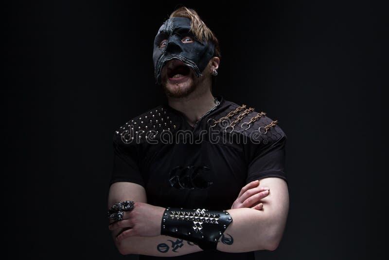 Εικόνα του κραυγάζοντας ξανθού ατόμου στη μάσκα στοκ εικόνα με δικαίωμα ελεύθερης χρήσης