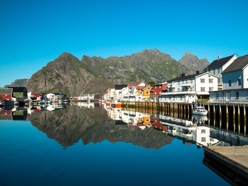 Εικόνα του κόλπου θάλασσας πόλεων Henningsvaer με τις βάρκες σε ένα υπόβαθρο των μεγάλων βουνών στοκ εικόνα με δικαίωμα ελεύθερης χρήσης