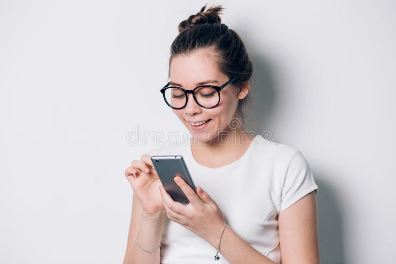 Εικόνα του νέου θηλυκού χρησιμοποιώντας κινητού τηλεφώνου στοκ φωτογραφίες με δικαίωμα ελεύθερης χρήσης