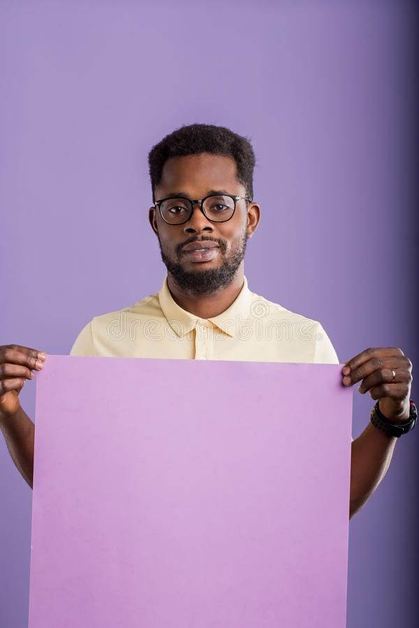 Εικόνα του νέου κενού πίνακα εκμετάλλευσης ατόμων αφροαμερικάνων στο ιώδες υπόβαθρο στοκ εικόνα