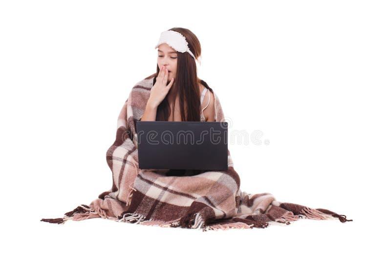 Εικόνα του νέου κοριτσιού με τη μάσκα ύπνου στο κεφάλι της Έτοιμος στο κορίτσι ύπνου με ένα lap-top στοκ εικόνες