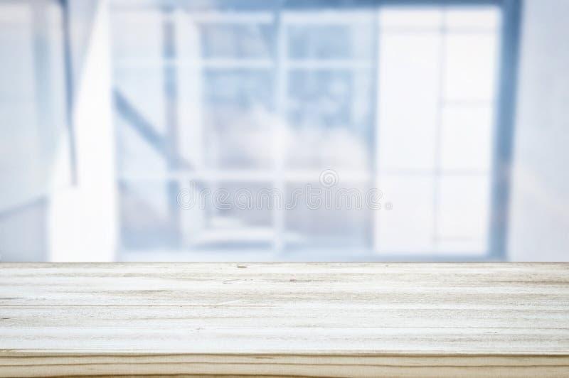 εικόνα του ξύλινου πίνακα μπροστά από θολωμένο το περίληψη ελαφρύ υπόβαθρο παραθύρων στοκ εικόνες