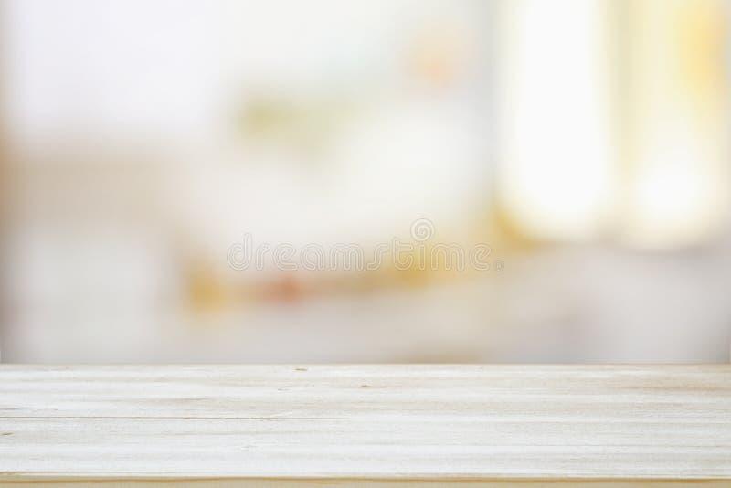 εικόνα του ξύλινου πίνακα μπροστά από θολωμένο το περίληψη ελαφρύ υπόβαθρο παραθύρων στοκ φωτογραφίες με δικαίωμα ελεύθερης χρήσης