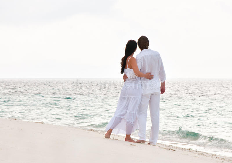 Εικόνα του ρομαντικού νέου ζεύγους στην ακροθαλασσιά στοκ εικόνα