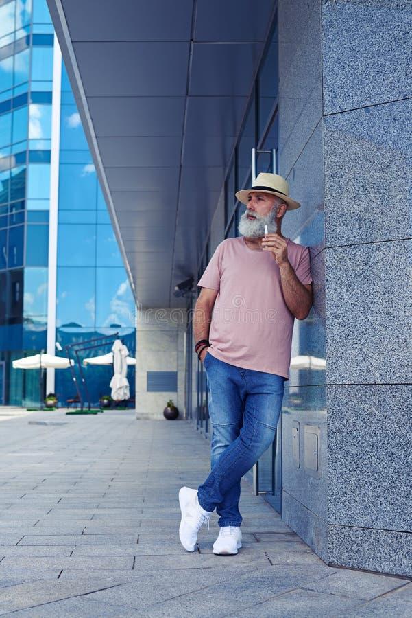 Εικόνα του όμορφου ατόμου με το ηλεκτρο τσιγάρο στοκ εικόνα