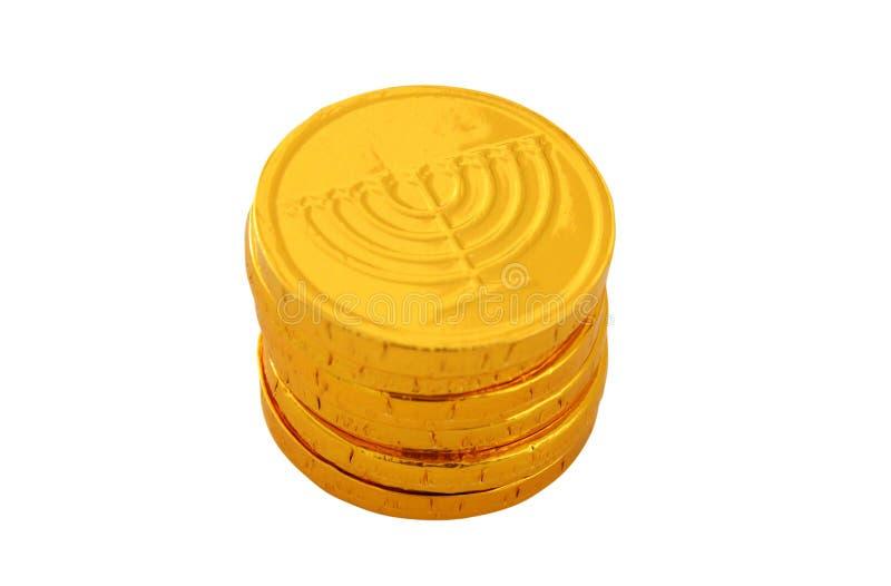 Εικόνα των εβραϊκών διακοπών Hanukkah με τα χρυσά νομίσματα σοκολάτας που απομονώνονται στο λευκό στοκ φωτογραφία