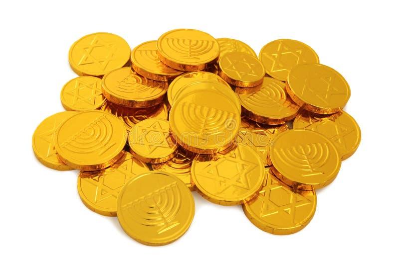 Εικόνα των εβραϊκών διακοπών Hanukkah με τα χρυσά νομίσματα σοκολάτας που απομονώνονται στο λευκό στοκ εικόνα