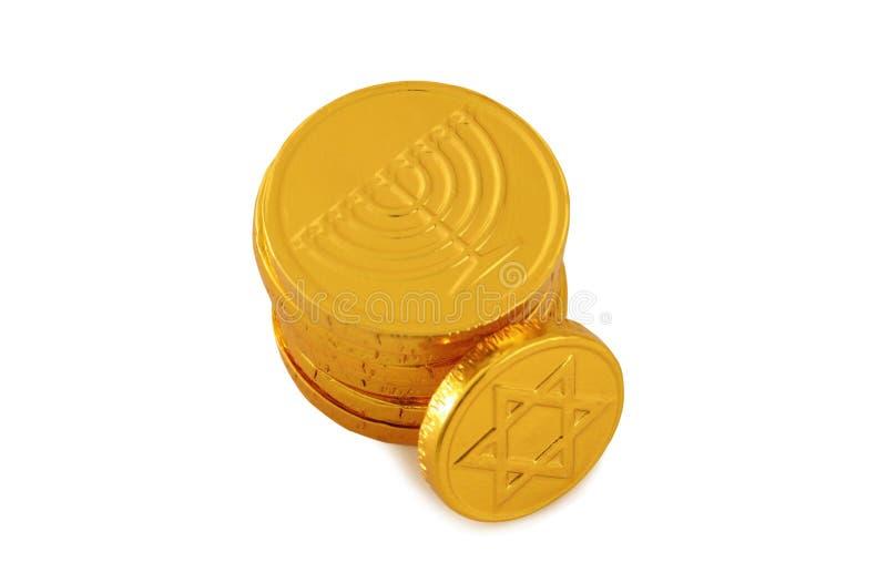Εικόνα των εβραϊκών διακοπών Hanukkah με τα χρυσά νομίσματα σοκολάτας που απομονώνονται στο λευκό στοκ εικόνα με δικαίωμα ελεύθερης χρήσης