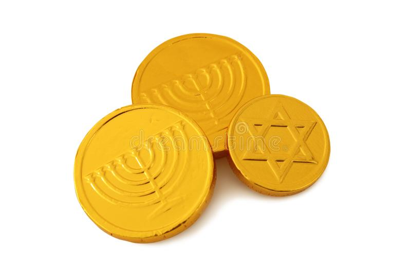 Εικόνα των εβραϊκών διακοπών Hanukkah με τα χρυσά νομίσματα σοκολάτας στο λευκό στοκ εικόνες