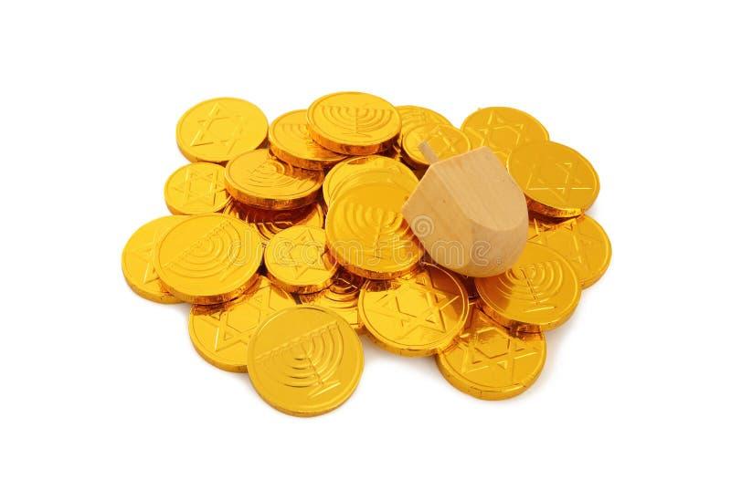Εικόνα των εβραϊκών διακοπών Hanukkah με το ξύλινα dreidel & x28 περιστροφή top& x29  και χρυσά νομίσματα σοκολάτας στο λευκό στοκ εικόνες