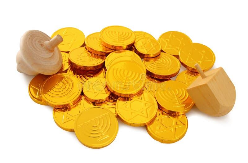 Εικόνα των εβραϊκών διακοπών Hanukkah με το ξύλινα dreidel & x28 περιστροφή top& x29  και χρυσά νομίσματα σοκολάτας στο λευκό στοκ εικόνα