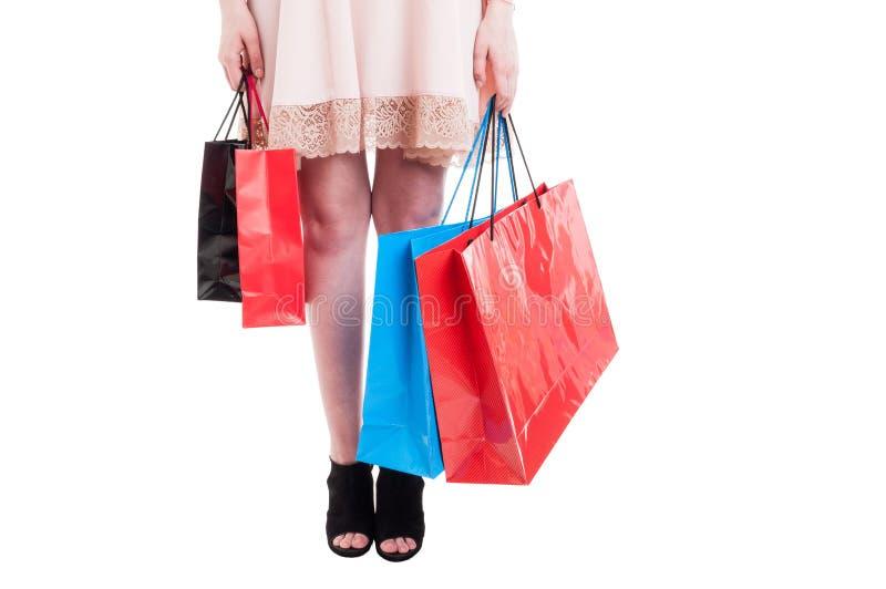 Εικόνα των θηλυκών ποδιών που φέρνουν πολλές τσάντες αγορών στοκ εικόνα με δικαίωμα ελεύθερης χρήσης