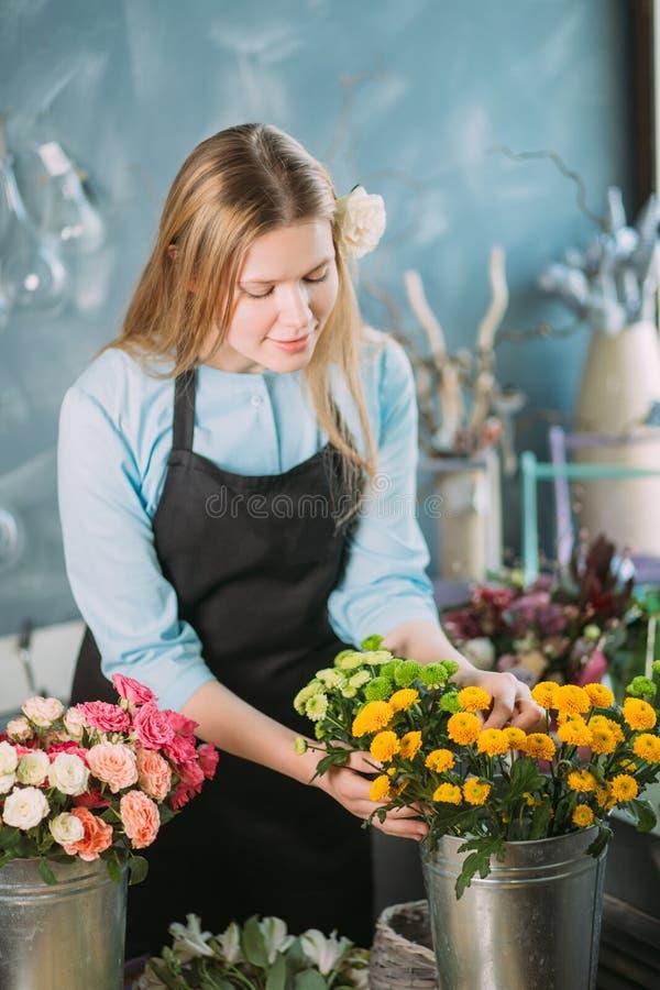 Εικόνα των ξανθών mimosas πώλησης κοριτσιών για την ημέρα μητέρων ` s στοκ εικόνα με δικαίωμα ελεύθερης χρήσης
