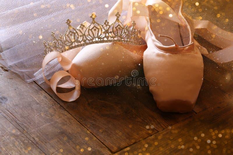 Εικόνα των παπουτσιών και του tutu μεταξιού pointe στο ξύλινο πάτωμα στοκ φωτογραφίες