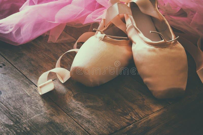 Εικόνα των παπουτσιών και του tutu μεταξιού pointe στο ξύλινο πάτωμα στοκ φωτογραφίες με δικαίωμα ελεύθερης χρήσης