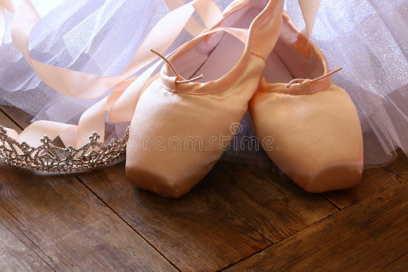 Εικόνα των παπουτσιών και του tutu μεταξιού pointe στο ξύλινο πάτωμα στοκ φωτογραφία
