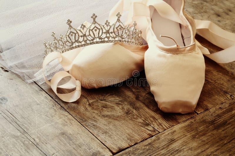 Εικόνα των παπουτσιών και του tutu μεταξιού pointe στο ξύλινο πάτωμα στοκ εικόνες με δικαίωμα ελεύθερης χρήσης