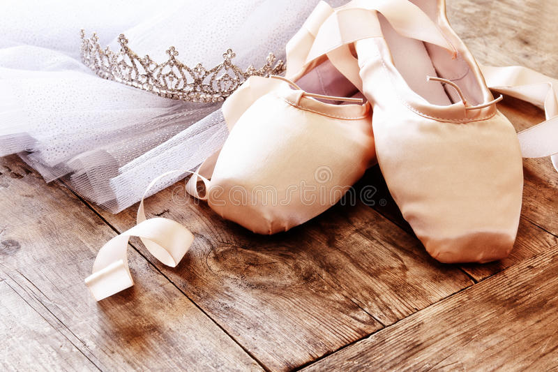 Εικόνα των παπουτσιών και του tutu μεταξιού pointe στο ξύλινο πάτωμα στοκ εικόνες