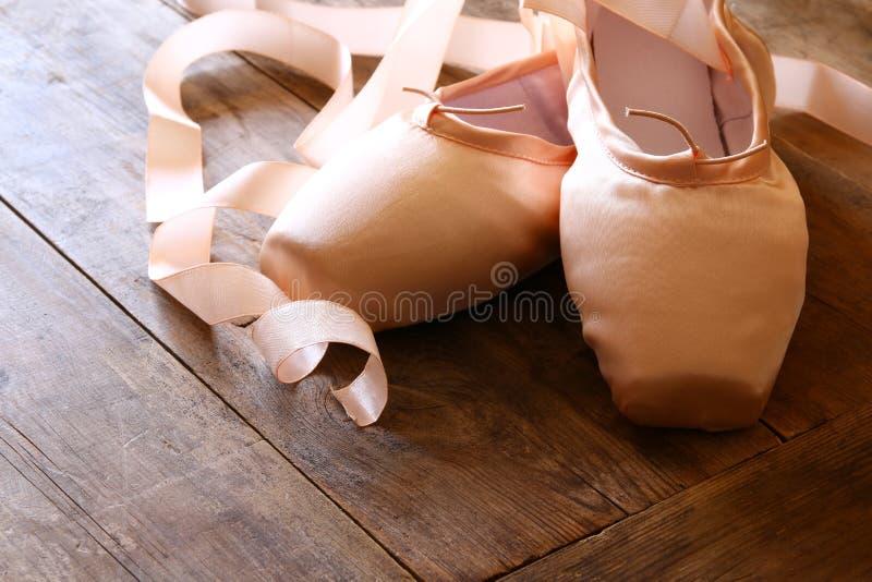 Εικόνα των παπουτσιών μεταξιού pointe στο ξύλινο πάτωμα στοκ φωτογραφία με δικαίωμα ελεύθερης χρήσης