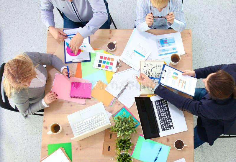 Εικόνα των συνέταιρων που συζητούν τα έγγραφα και τις ιδέες στη συνεδρίαση στοκ εικόνες με δικαίωμα ελεύθερης χρήσης