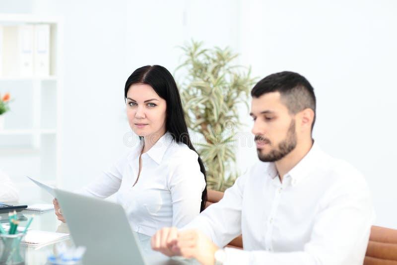 Εικόνα των συνέταιρων που συζητούν τα έγγραφα και τις ιδέες στη συνεδρίαση στοκ φωτογραφίες