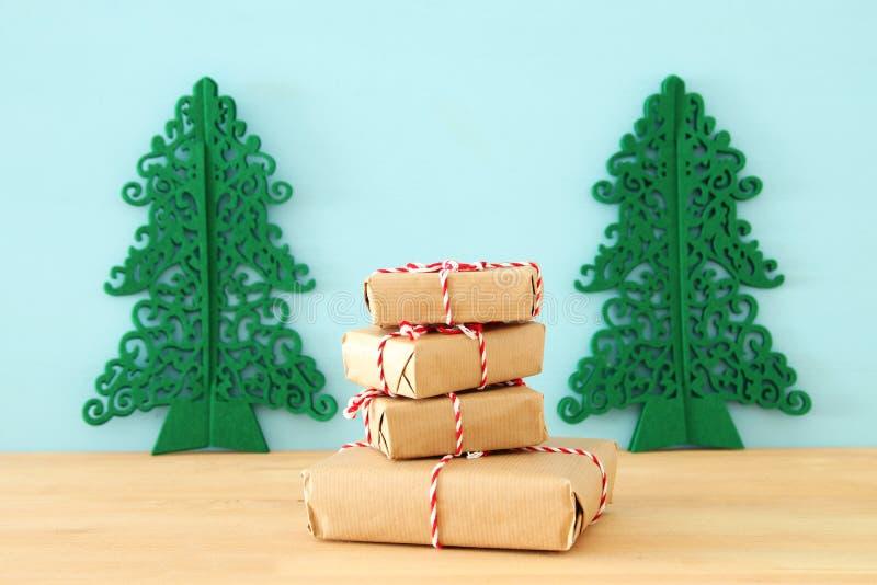 εικόνα των χειροποίητων τυλιγμένων κιβωτίων δώρων πέρα από τον ξύλινο πίνακα στοκ φωτογραφίες με δικαίωμα ελεύθερης χρήσης