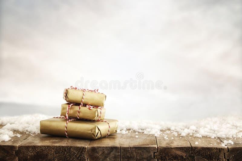 εικόνα των χειροποίητων τυλιγμένων κιβωτίων δώρων πέρα από τον ξύλινο πίνακα στοκ εικόνα με δικαίωμα ελεύθερης χρήσης