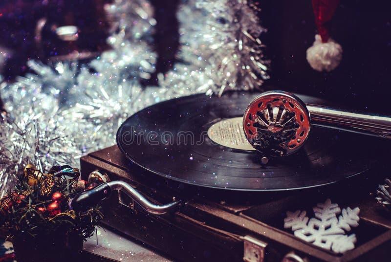 Εικόνα των Χριστουγέννων Gramophone που παίζει ένα αρχείο Gramophone με το βινυλίου αρχείο στοκ φωτογραφίες