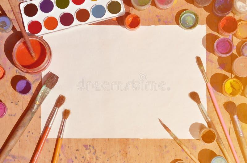 Εικόνα υποβάθρου που παρουσιάζει ενδιαφέρον για τη ζωγραφική και την τέχνη watercolor Ένα κενό φύλλο του εγγράφου, που περιβάλλετ στοκ φωτογραφίες