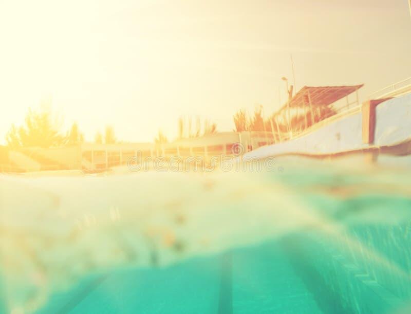 Εικόνα ύφους Instagram κατά το ήμισυ υποβρύχια στην πισίνα στοκ φωτογραφία