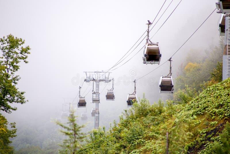 Εικόνα funicular στα βουνά στο κλίμα του misty ουρανού στοκ φωτογραφίες με δικαίωμα ελεύθερης χρήσης