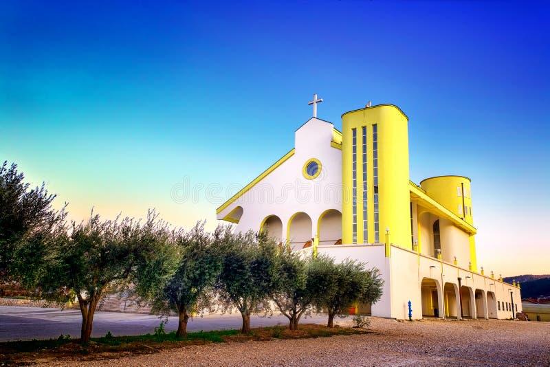 Εικόνα HDR της σύγχρονης εκκλησίας στην Κροατία με το μπλε ουρανό ανωτέρω στοκ φωτογραφία με δικαίωμα ελεύθερης χρήσης